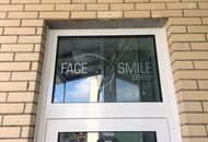 ​Накатка логотипа из пленки на стекло над входом в «Face Smile Center» — вид 1